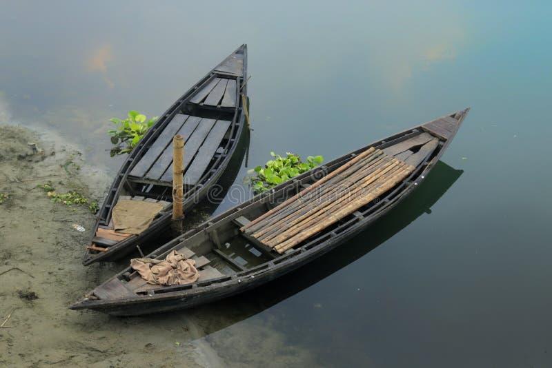 Dissipação de dois barcos fotos de stock