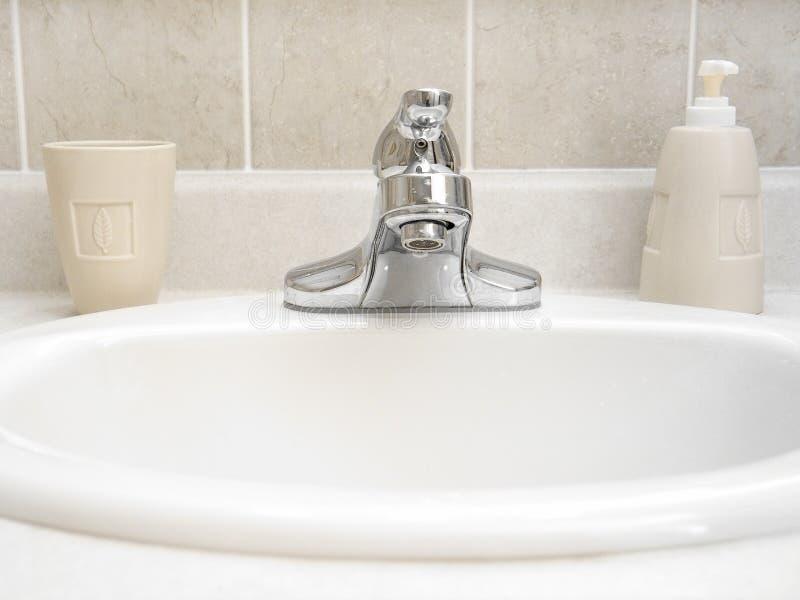 Download Dissipador 2 do banheiro imagem de stock. Imagem de produtos - 114053