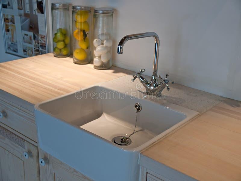 Dissipador de cozinha clássico com faucet da torneira foto de stock