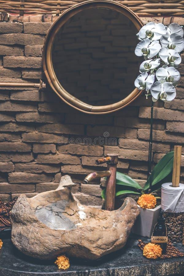 Dissipador de pedra no banheiro do hotel de luxo fotografia de stock royalty free