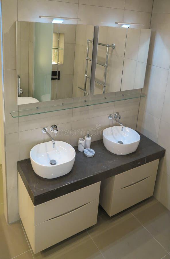 Dissipador do banheiro Interior do banheiro Banheiro moderno com uma torneira e um dissipador branco e um espelho fotografia de stock