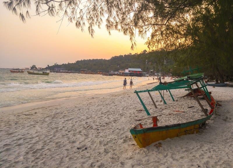 Dissipador do barco de turista na areia em Koh Rong fotografia de stock royalty free