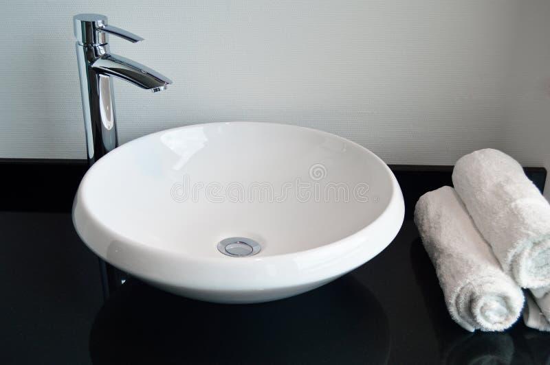 Dissipador e torneira modernos do banheiro foto de stock royalty free
