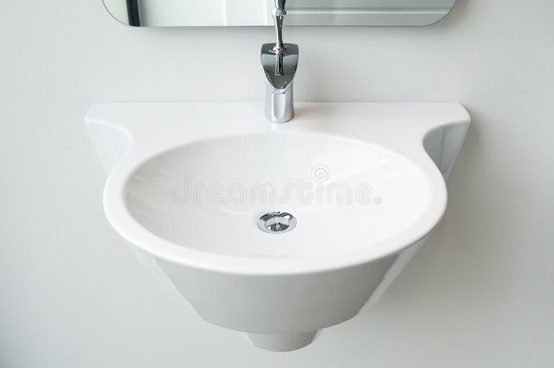 Dissipador e torneira modernos do banheiro imagem de stock royalty free