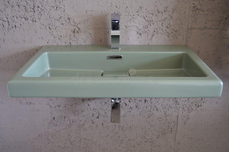 Dissipador e torneira modernos do banheiro fotografia de stock