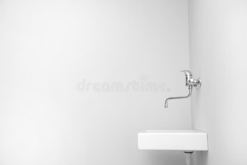 Dissipador em um quarto branco grande vazio imagens de stock royalty free