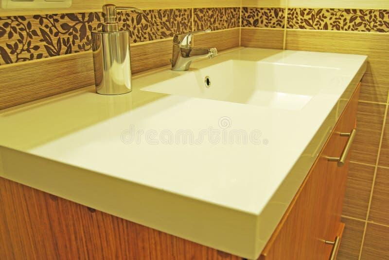 Dissipador moderno do banheiro imagens de stock royalty free