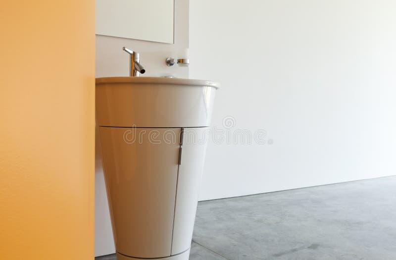 Dissipador moderno do banheiro imagem de stock