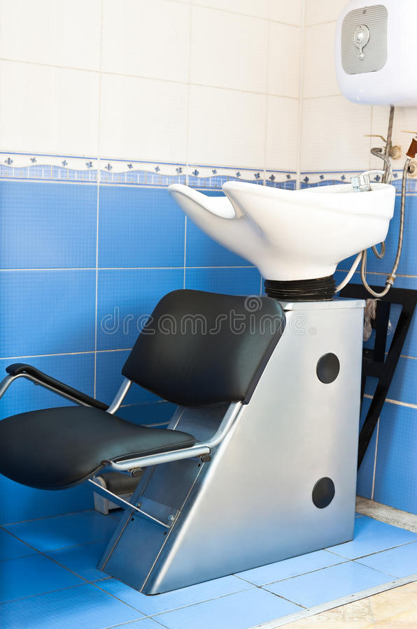 Dissipador no salão de beleza do hairdressing foto de stock royalty free