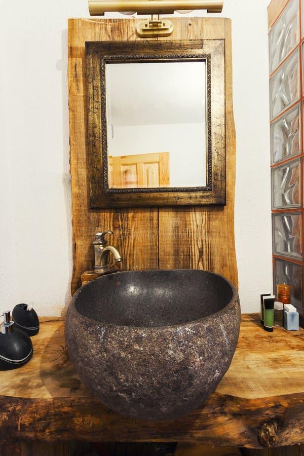 Dissipador rústico da madeira e da pedra foto de stock royalty free
