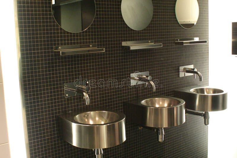 Dissipadores modernos do banheiro imagens de stock
