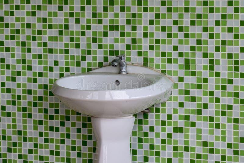 Dissipadores sujos, paredes verdes do mosaico, toaletes públicos, falta das tarefas domésticas fotos de stock
