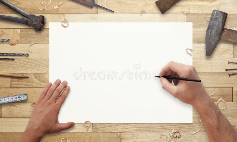 Dissipando sul documento Vecchi strumenti accanto sullo scrittorio di legno fotografia stock libera da diritti