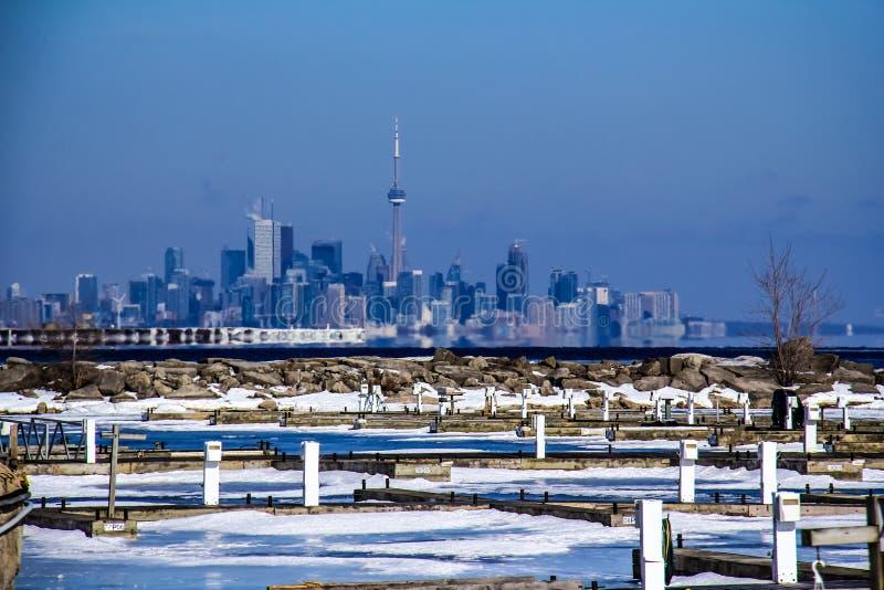 Distância do inverno da skyline de Toronto fotos de stock