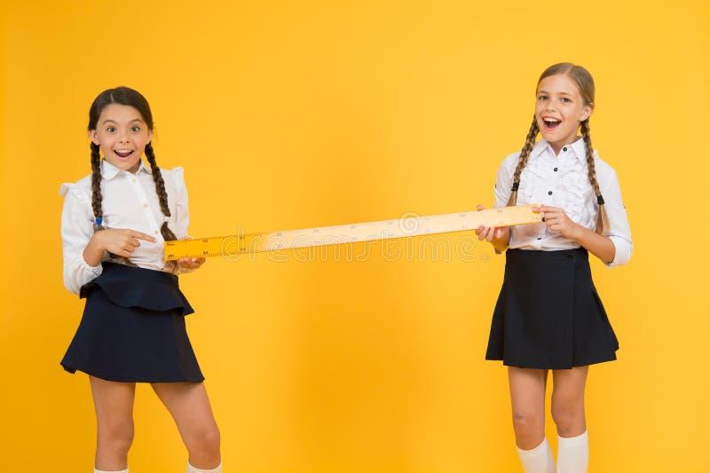 Distance entre nous Pr?parez pour ?tudier Enfants dans la mesure d'uniforme Amiti? d'?cole les petites filles heureuses étudient  image stock