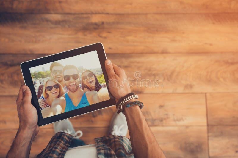 Distancia en nada para los amigos reales fotos de archivo libres de regalías