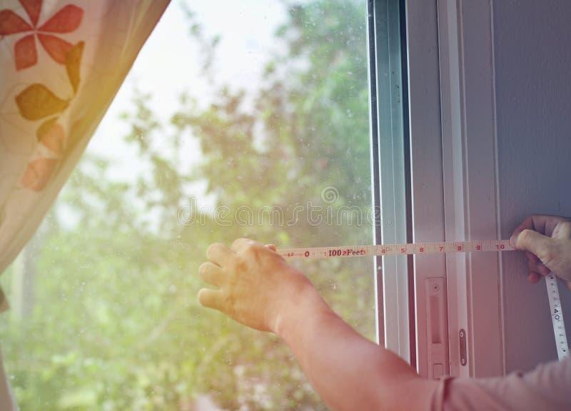 Distansera mätningen, ramen, exponeringsglasfönstret som glider utvändig atmosfär med ljust morgonsolljus arkivfoton