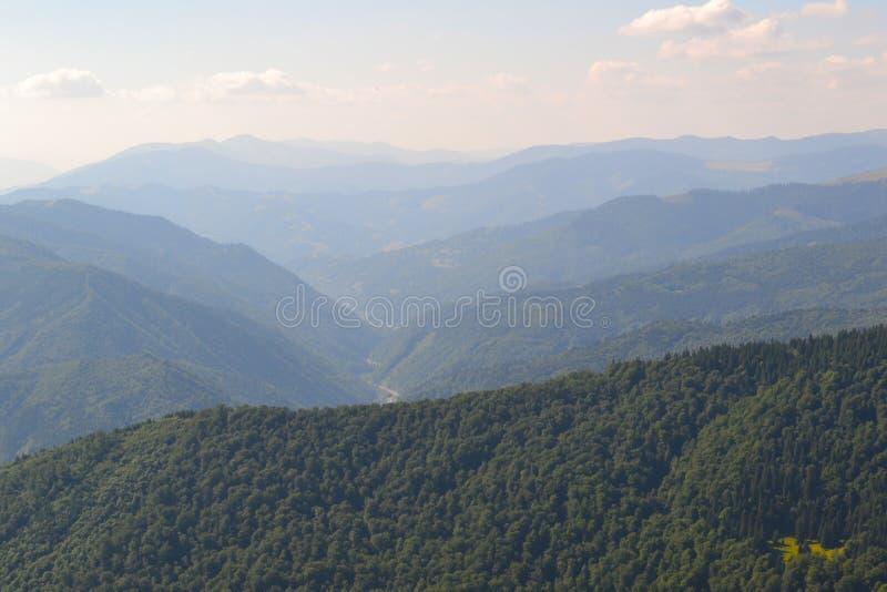 Distante sobre as montanhas enevoadas fotos de stock royalty free