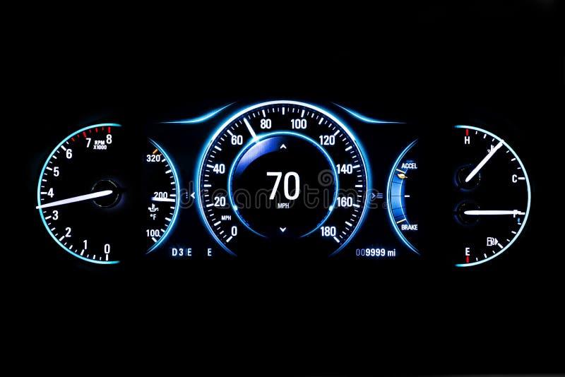 Distanza in miglia leggera moderna dell'automobile su fondo nero 70 mph immagine stock