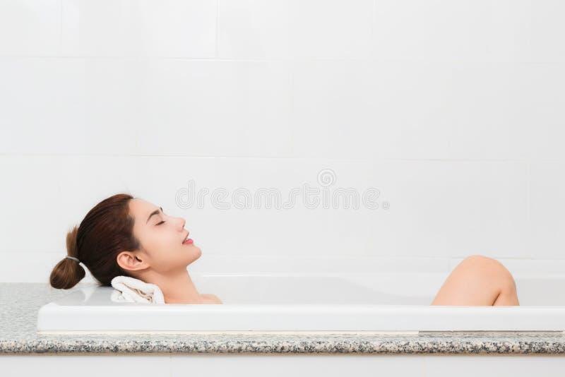 Distenda appena Bella giovane donna contenta che si rilassa mentre prendendo immagini stock
