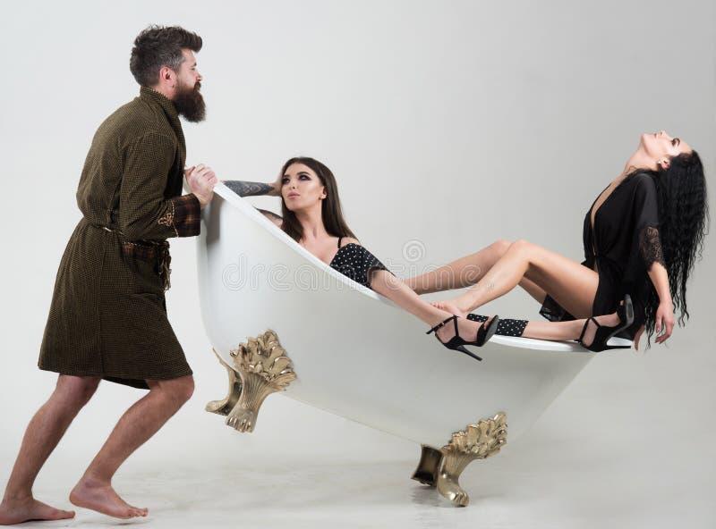 Distenda il concetto La mattina si rilassa nel bagno L'uomo e le coppie barbuti delle donne si rilassano in bagno Rilassi e goda  immagini stock libere da diritti
