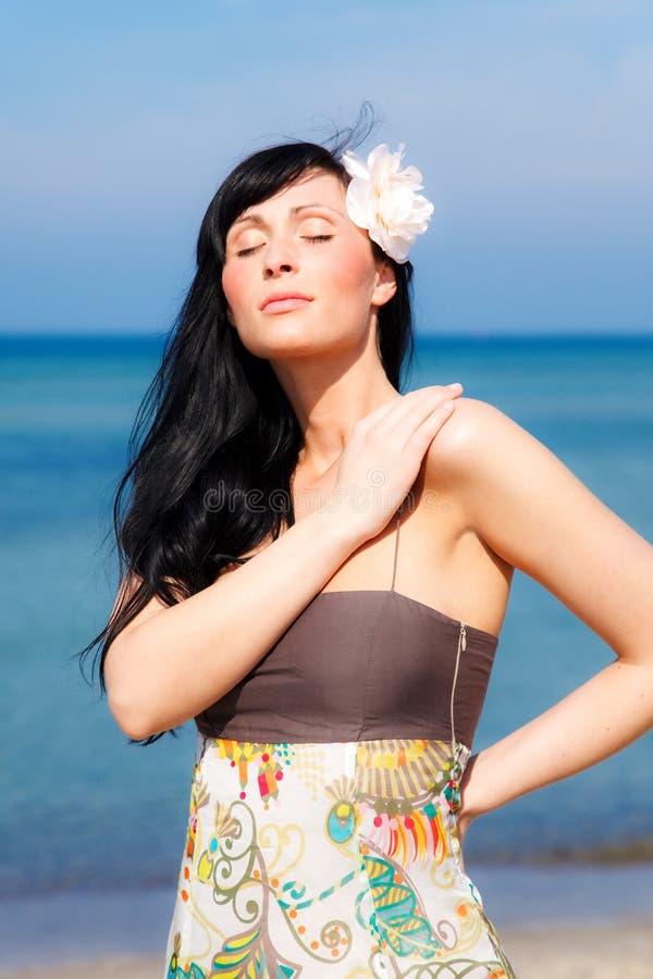 Distenda la spiaggia della donna immagine stock libera da diritti