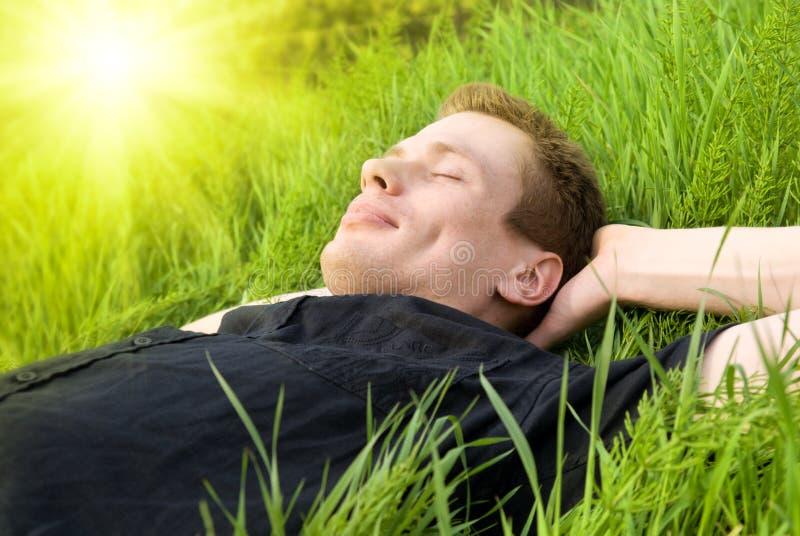 Distenda sotto il sole di estate fotografie stock