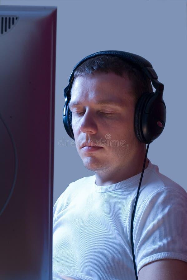 Distendendosi alla musica. fotografia stock