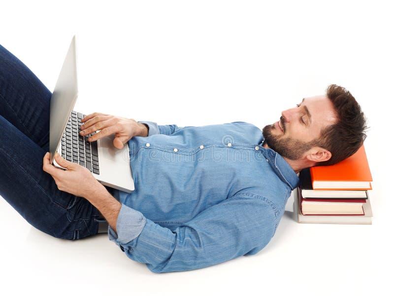 Distendendosi con il computer portatile fotografie stock libere da diritti