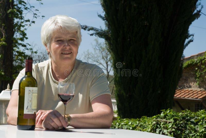 Distendendosi con il vino immagini stock libere da diritti