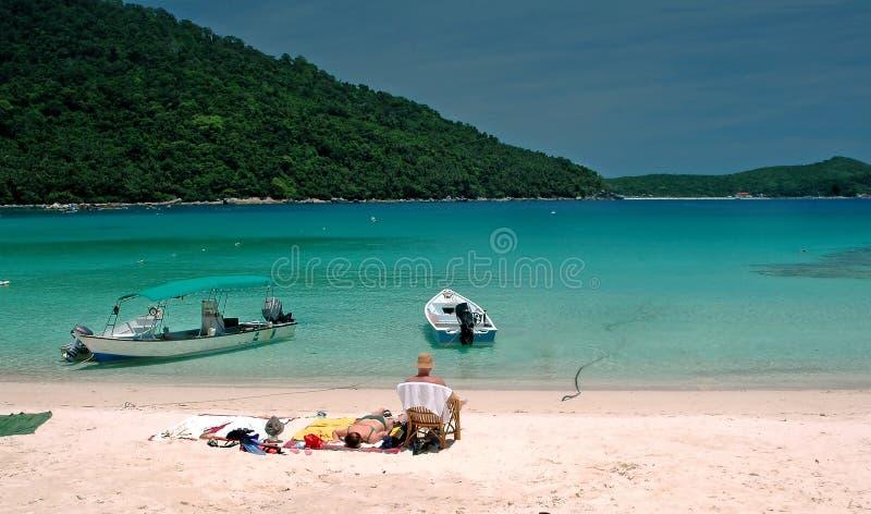Distendendosi dalla spiaggia fotografia stock