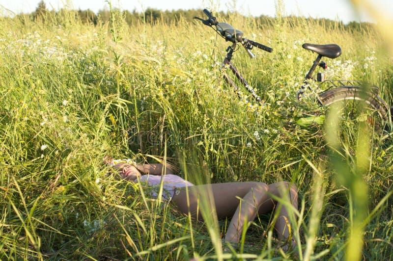 Distendendosi dopo biking fotografia stock
