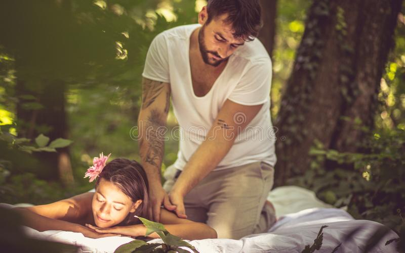 Distendendosi in natura Donne al trattamento di massaggio fotografie stock libere da diritti