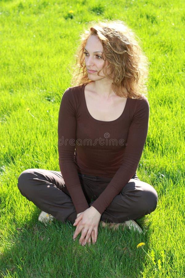Distendendosi nell'erba fotografie stock