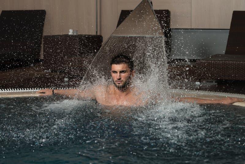 Distendendosi nella piscina fotografia stock
