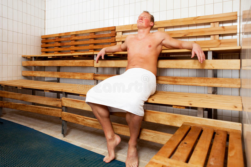 Distendendosi nella sauna fotografie stock libere da diritti