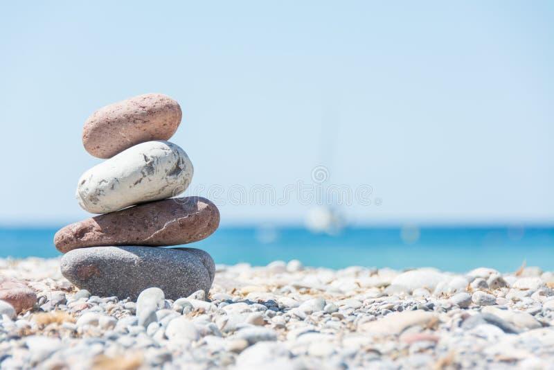 Distendendosi sulla spiaggia fotografie stock