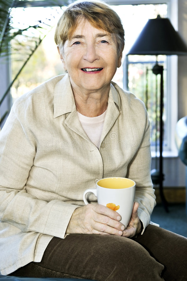 Distensione anziana della donna fotografia stock