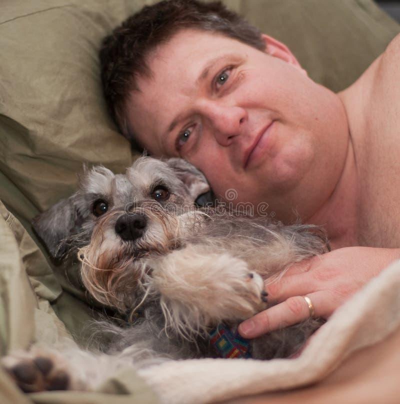 Distensione del cane e dell'uomo fotografia stock