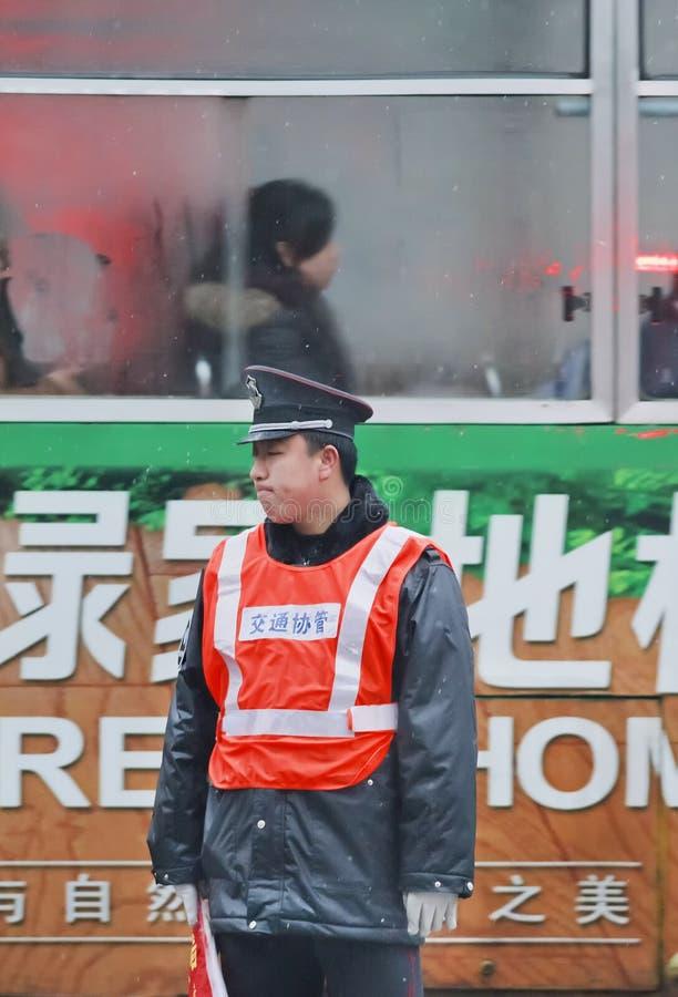 Distessedpolitieagent op een ealry ochtend, Hefei, China stock afbeeldingen