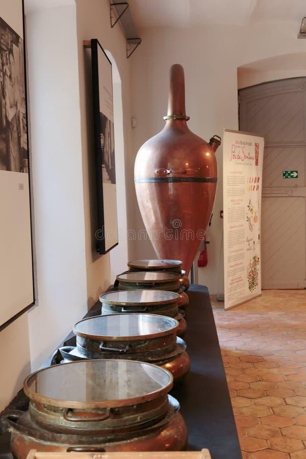 Distillateur antique pour la production du parfum dans le fac de Fragonard photo libre de droits