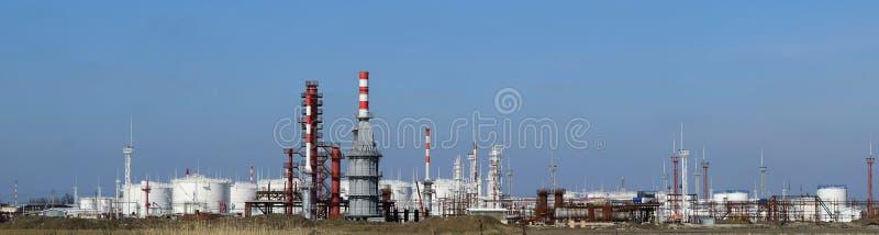 Distillatiekolommen, pijpen en andere raffinaderij van materiaalovens stock foto