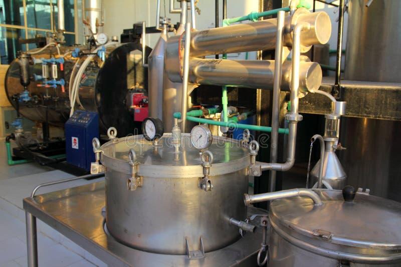 Distillazione degli oli essenziali in fabbrica fotografia stock