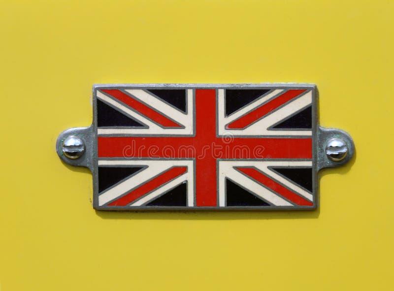 Distintivo britannico d'annata della bandiera di Union Jack su una fine gialla dell'automobile su immagine stock