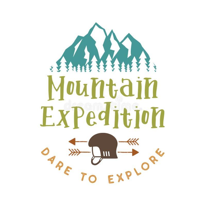 Distintivo di spedizione della montagna con la sfida di citazione da esplorare e le montagne, il casco rampicante e le frecce Pia illustrazione vettoriale