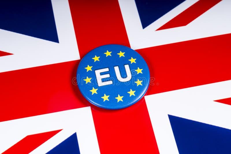 Distintivo di UE e la bandiera BRITANNICA fotografie stock