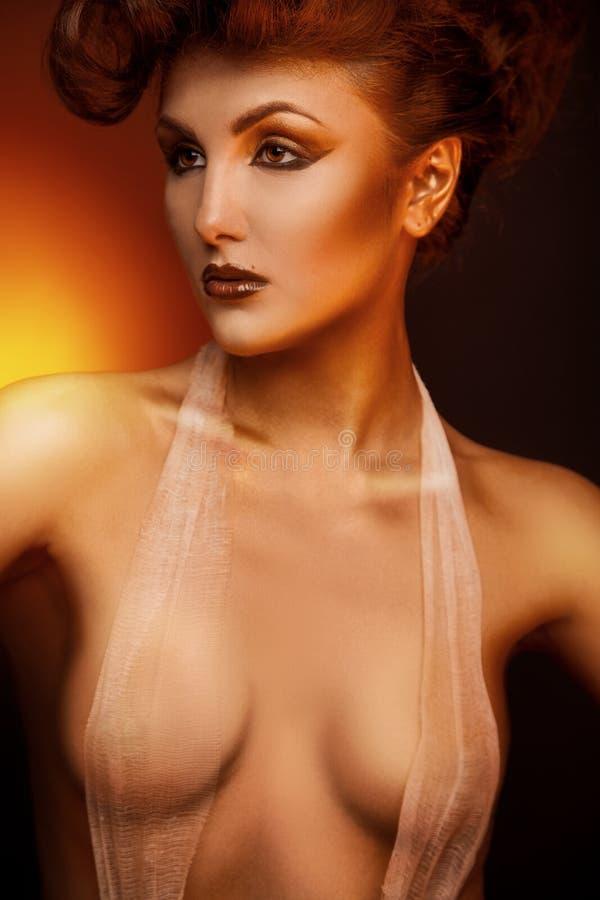 Distogliere lo sguardo castana adulto sessuale con la fasciatura fotografia stock libera da diritti