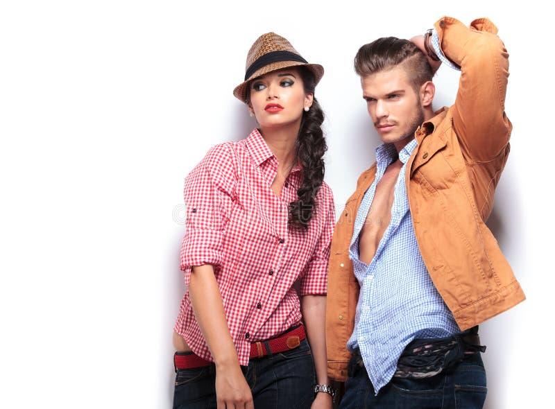 Distogliere lo sguardo dei modelli di moda della donna e for Modelli di caverna dell uomo