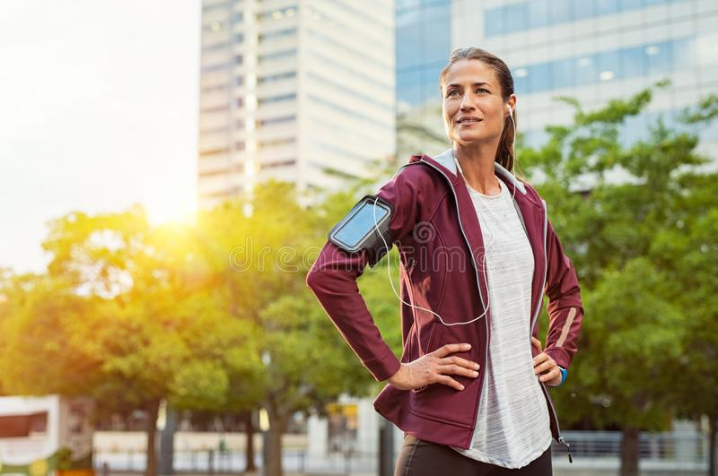 Distogliere lo sguardo fiero della donna di forma fisica fotografia stock libera da diritti