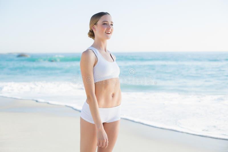 Distogliere lo sguardo snello attraente della donna immagini stock